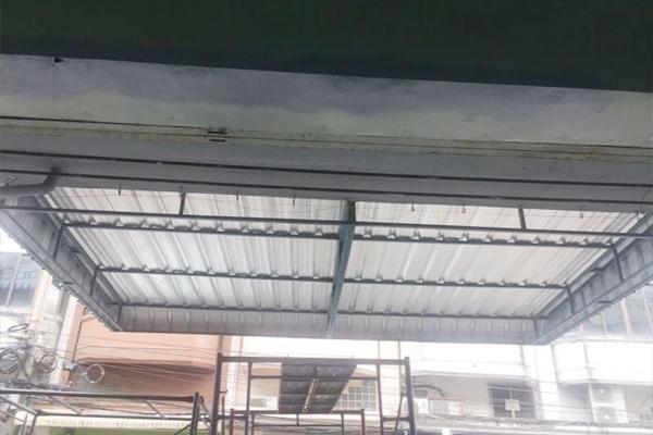 19-metal-sheet-awning44C70FF2-5D6B-C2CD-4CC3-651A6AC01A2A.jpg